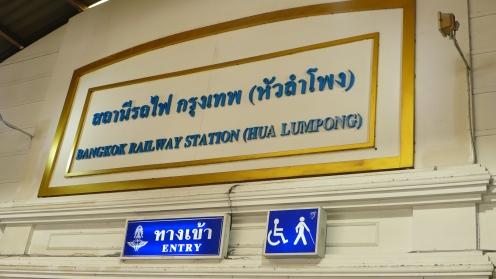 Los ging es an der Railway Station Hua Lumpong.