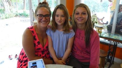 Lust auf eine Runde Uno? Greta mit ihren Mitspielerinnen Toni und Bella, zwei Münchnerinnen.