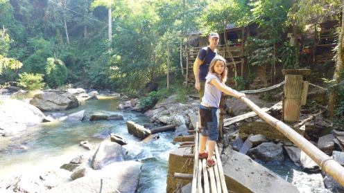 Wacklige Angelegenheit: Bambusbrücken über das Wasser.