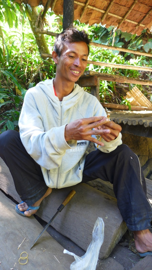 Unser Guide Xing: Für Greta hat er aus einem Bambusrohr ein Knobelspiel gebaut.