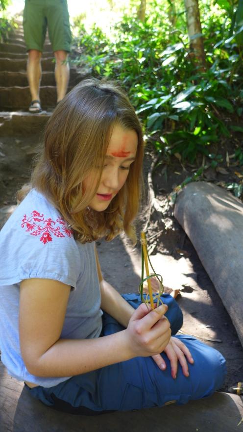 Bemalung: Die rote Farbe an der Stirn stammt von einem Blatt, dessen Saft zum Färben von Baumwolle benutzt wird.