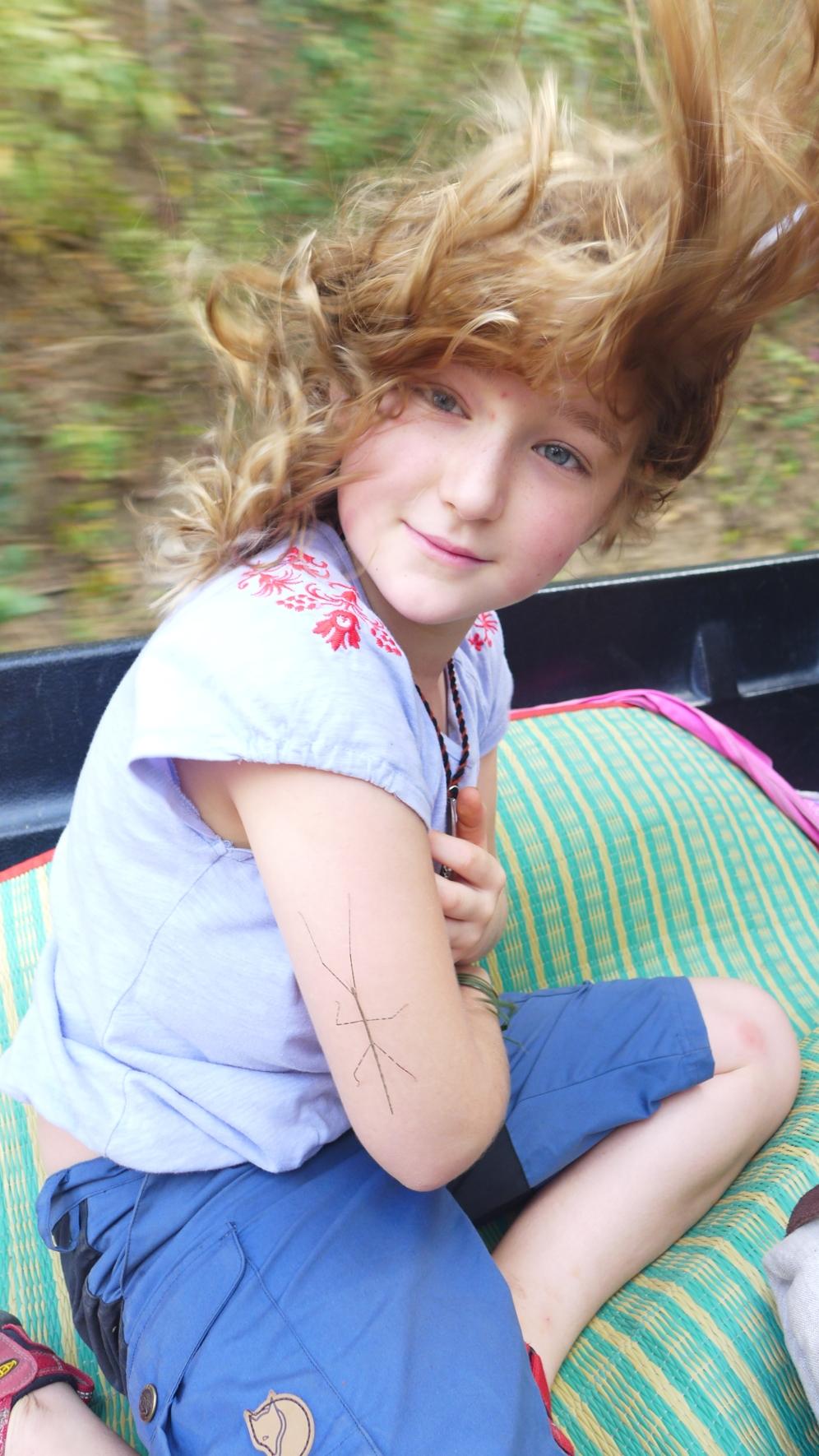 Rückfahrt: Auf der Ladefläche eines Jeeps hat sich Greta eine Stabheuschrecke (am Arm) angelacht.