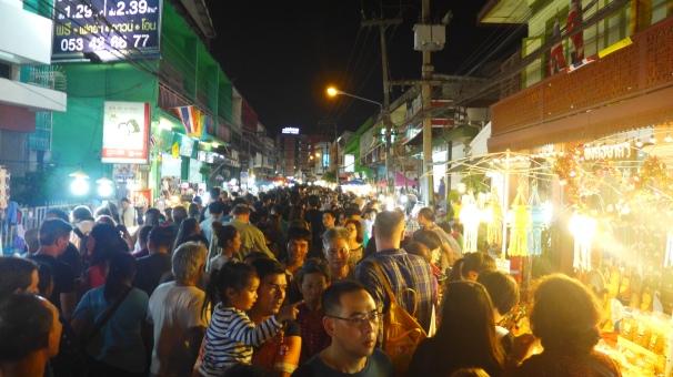 Saturday Night Market: Ganze Straßenzüge sind gesperrt und verwandeln sich innerhalb von Minuten in einen riesigen Markt.