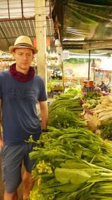 Früh morgens auf einem Markt in Chiang Mai: Wir besuchen heute eine Kochschule. Zunächst besorgen wir die Zutaten.