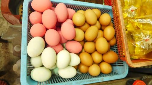 """Pink eggs: Die rosafarbenen Eier beispielsweise werden sieben Tage lang in Ammoniak eingelegt, riechen fürchterlich sind aber gut für """"men health""""."""