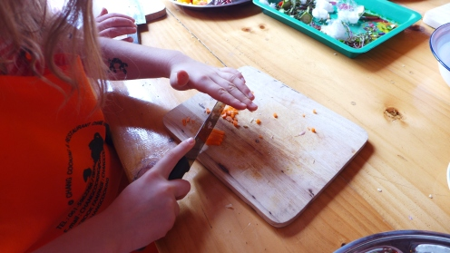 Feuer, Schere, Messer, Licht: Greta hat noch alle zehn Finger - auch wenn wir ab und zu die Luft anhalten mussten.