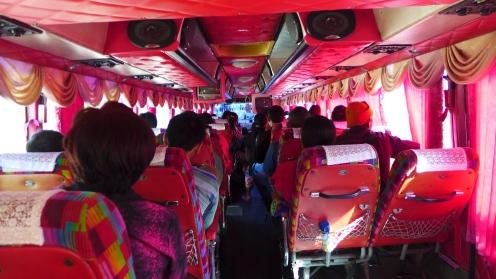 Pretty in Pink: So sehen in Thailand die Linienbusse aus, inklusive Fernseher und Dolby-Surround-Anlage.