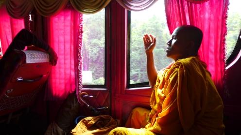 Mitreisende: Auch Mönche sind unterwegs.