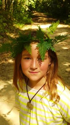 Dschungel-Queeen: Greta bastelt er eine Krone aus Blättern.