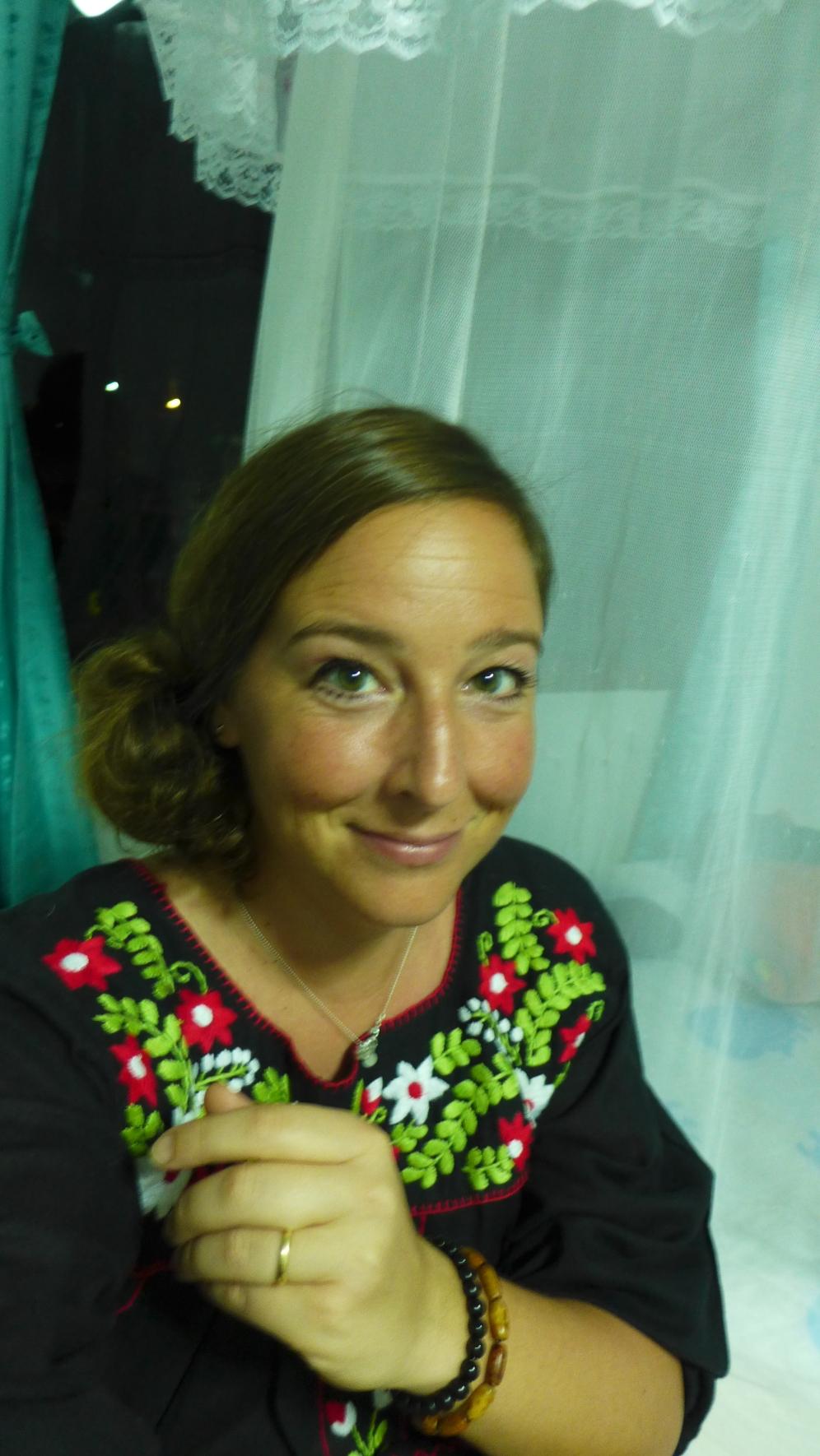 Zurück im Bungalow: Wir machen uns fein für die Silvester-Party. Das Kleid hat sich Tina gestern gekauft.
